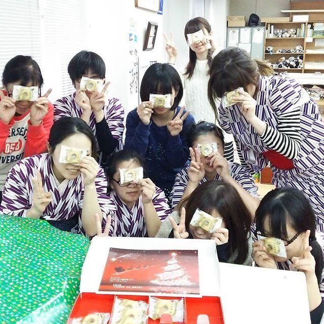 少し遅れましたが、クリスマスプレゼントをみんなで頂きました❤ 師走の忙しいなかほっと一息🎵 午後からも頑張るぞ💪  #東亜和裁 #クリスマス #一息 #Toawasai