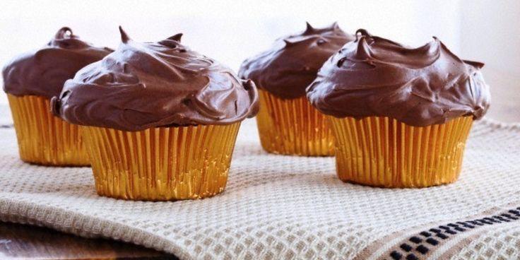 Μια τέλεια και απλή συνταγή για τα απόλυτα σοκολατένια αφράτα cupcakes, με απίστευτο γλάσο μερέντας.