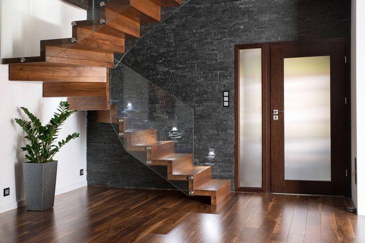 NOWOCZESNE SCHODY DYWANOWE Z SZKLANĄ BALUSTRADĄ (do BRODA schody-dywanowe)