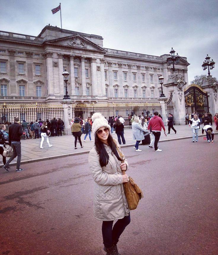 O palácio de Buckingham é bem legal bem interessante... Mas os atiradores de elite lá em cima intimidam sim! Saudades desse lugar que eu moraria facilmente... #England #London #buckinghampalace #godsavethequeen #tbt #viajarépreciso #instaviagem #instatravel by jubastos85