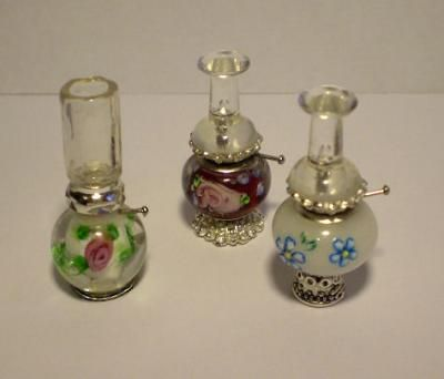 Miniature Oil Lamps - I can't locate a tutorial, but they are made with clear pushpins and beads - I've seen the little metal parts in beads, and the glass rounds/ovals are so pretty - not positive about the chimney on the white with pink flower - this blog is wonderful, very few posts but fantastic ideas! ******************************************* Desvandelashadas - #miniature #fairy #oil #lamps #dollhouse #miniatures t√