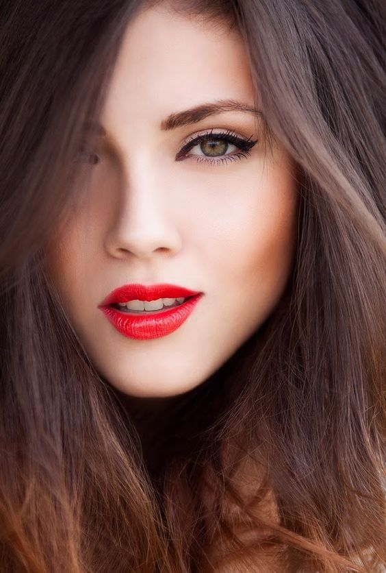 Bold red lips and subtle cat eye. Such a classic look that you can never go wrong with. Makeup ideas for brunettes. Beauty trends.