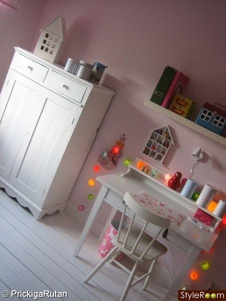 ljusslinga,barnrum,vitt trägolv,skåp,lantligt