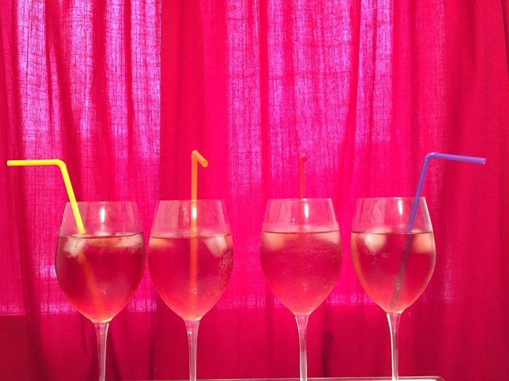 Comment recevoir des amis à la maison... Cocktail spécial melon d'eau : Rosé + morceau de melon d'eau + jus de canneberge + 7-up = CHEERS !