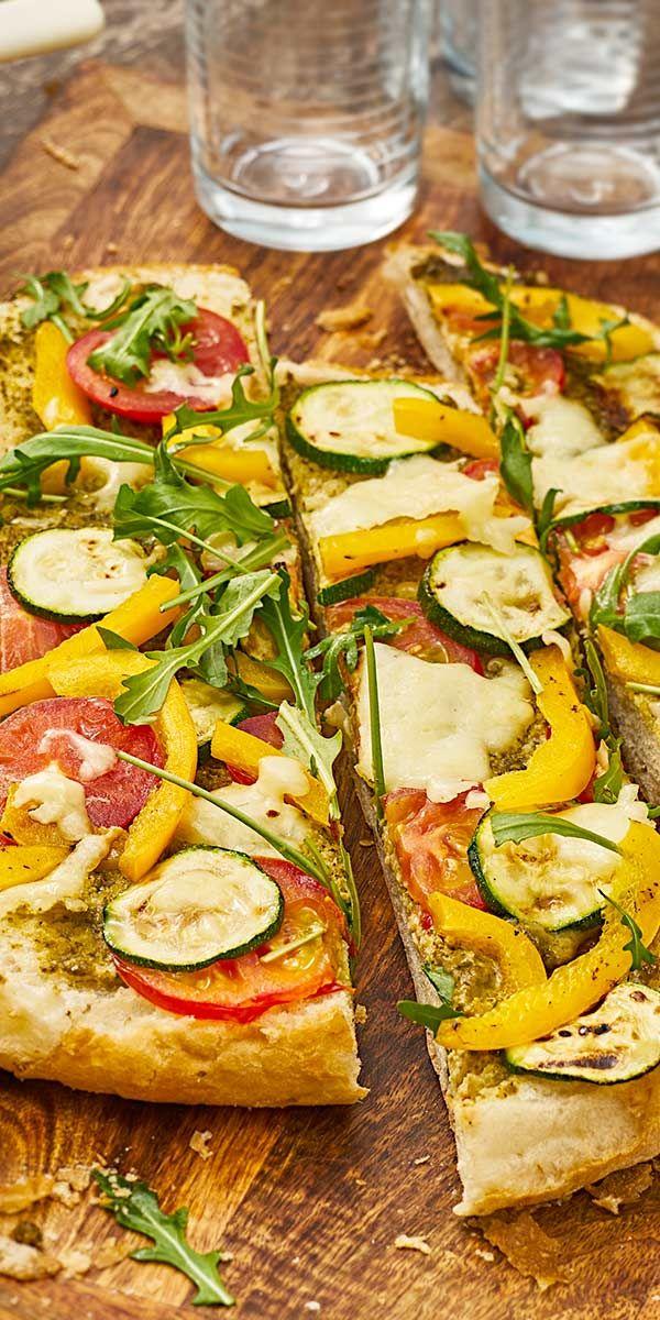 Unsere Fladenbrot Pizza mit Grillgemüse ist ein sehr leckeres Fitness-Gericht, dass du ganz leicht mit frischer Zucchini, Tomaten und Paprika zubereiten kannst. Die Krönung ist der Mozzarella, der im Ofen langsam zerläuft... diese Pizza musst du probieren!