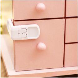 Bebéuno Çift Butonlu Çekmece Kilidi  Renk: Beyaz  Bu kilit, çocukların çekmeceleri açmasını engellemek amacıyla üretilmiştir.