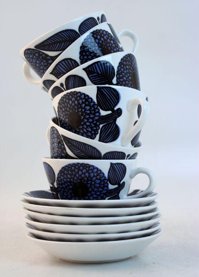 TEKOPPAR, 6 st med fat, Blå aster, Stig Lindberg (1916-1982), Gustavsberg, 1970-tal, benporslin