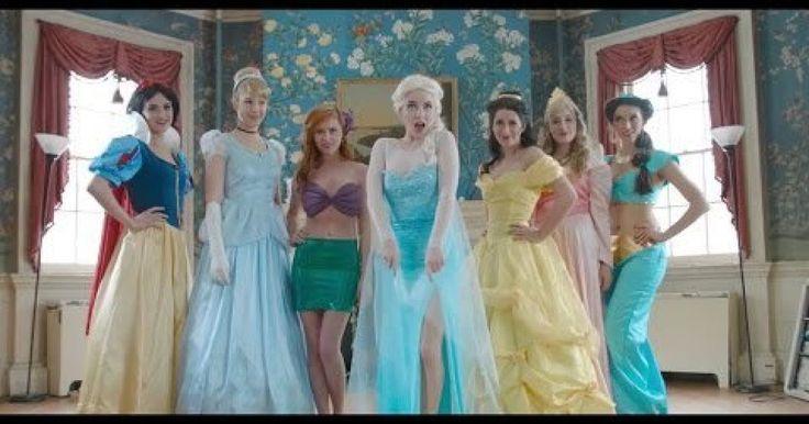 """Las princesas de Disney viven en el mundo de los """"cuentos de hadas"""" en donde cada una debe encontrar a su principe azul y ser feliz para siempre. Pero ahora, su nueva amiga Elsa, de la película Frozen, vino a cambiarles el chip, y a hacerles ver que no necesitan un hombre para ser felices y que no tienen porque vivir encerradas en un castillo toda su vida. Después de un sermón de Elsa, todas comienzan a recordar los sueños que alguna vez tuvieron y que ahora no les es posible y que tal vez…"""