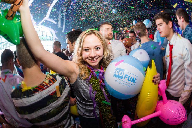 Sfeer foto op een evenement van GoFun jongeren vakanties. Getoonde producten: opblaas banaan, flamingo, palmboom.