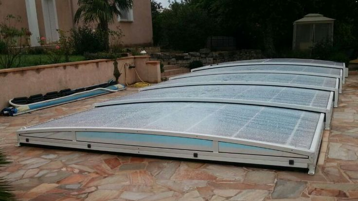 Práctica cubierta baja con encanto para proteger tu piscina.