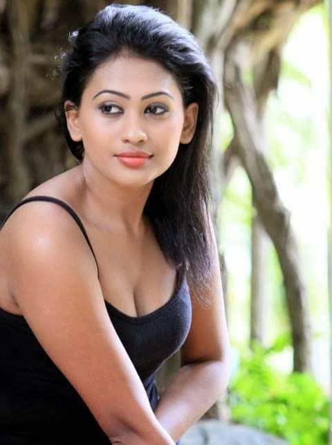 The hot sexiest boobs pics collection of selfie by the sexy srilankan actress model piumi hansamali