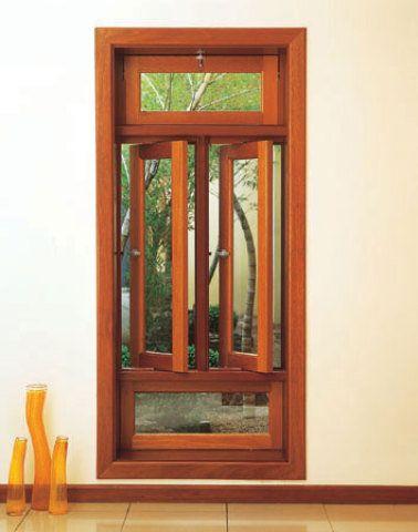 Art Finale Pivomax L é o nome deste vitrô de cedro-rosa com batentes e soleira de tamarino.Da Uliart, mede 1,70 x 0,80 m.