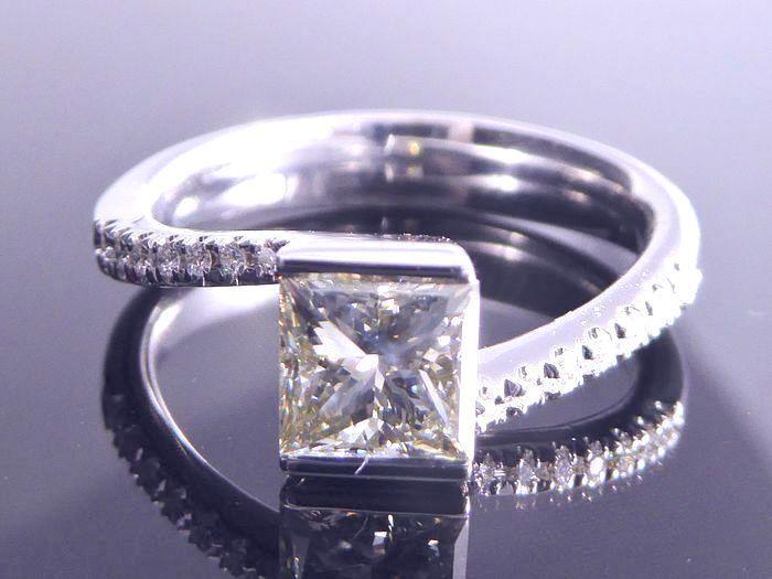 18k witte gouden ring set met een Champagne gekleurde prinses cut diamond 1.10 ct & 14 kleine briljant geslepen diamanten - ringmaat 17.35mm / 55  18 k whitegold 4.5 gr - ringmaat 17.35 / 55 mmRing set met een 1.10 ct princess cut diamondKleur: Natural champagneDuidelijkheid: VSOok met 14 gesneden diamanten totaal 015 ctKleur: HDuidelijkheid: VS/SIRingmaat: 55 / 17.35mmOp verzoek tegen een kleine vergoeding kunnen worden aangepastWordt geleverd in een luxe sieraden doos.Verzending…