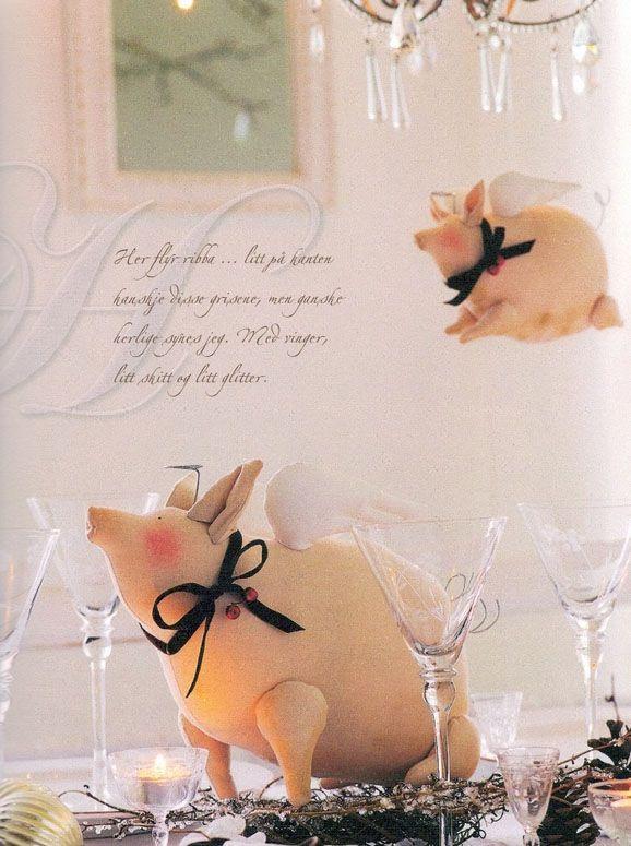 """Сегодня мы хотим выложить выкройку вот такой симпатичной свинки, которая послужит украшением праздничного стола или поживет где-нибудь на кухонной полочке. Оригинальный и веселый персонаж из книги """"Домашнее Рождество Тильды"""".      Выкройки большой и маленькой свинок: ..."""