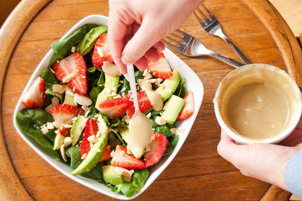 ensalada de espinacas frescas fresas aguacate y salsa de queso