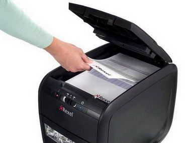 Lo que realmente agrada de esta trituradora de papel es lo automática que es, tu solo colocas el papel y te ocupas en otras actividades, ella hará su trabajo y luego se apagará.