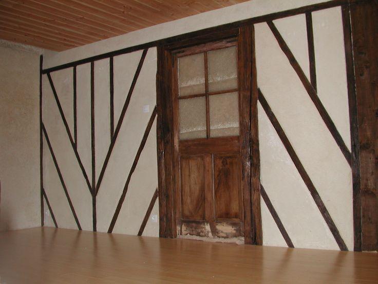 Finition chaux chanvre et faux colombage. L'enduit TECHNICHANVRE est posé sur une brique rouge qui maintient aussi les bois du faux colombage. Joli trompe l'œil !