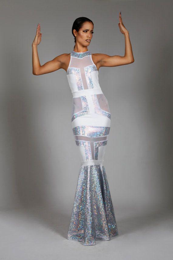 Ein Traum-Traum in weiß, dieses Art-Deco-Hochzeitskleid ist die perfekte Wahl für die mutige Braut! Schnitt für eine makellose Silhouette in einer wunderschönen Mischung aus weißem Mesh, matt weiß und weiße holographische Spandex. Komplett gefüttert und auf den weißen Spandex teilen. Ärmellos. Hoher Ausschnitt und geschlossenen zurück. Die weißen holographische Rock Wasserfälle von Knien zu Füßen eine hypnotisierende Oberfläche zu schaffen.  • Farbe & Material: -Holographische weiß, matt…
