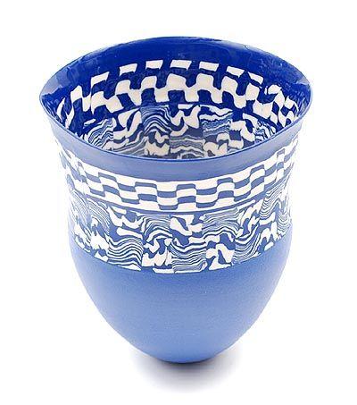 Blauw geglazuurde aardewerk vaas gedecoreerd met band met gestileerde patronen in wit en blauw ontwerp uitvoering Judith de Vries 1957 - in eigen atelier / Amsterdam