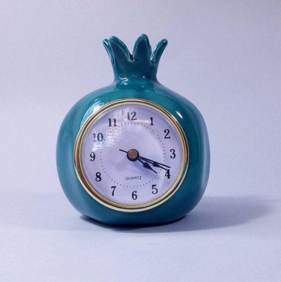 Een mooie donker turquoise granaatappel tafel klok. Handgemaakte, ingericht in retro vintage stijl. Een granaatappel clock om te worden gebruikt als bureauklok of plank klok. Een prima geschenk voor thuis of gift voor Bureau. De vorm van de granaatappel keramische klok is geglazuurd in donkerturkoois, afgevuurd tweemaal in een oven. Het ontwerp is uniek! Het kan ook worden gelabeld als: home Decor klok,, Housewarming cadeau, of Home decor klok,, Art decor klok  De granaatappel is hol, het…