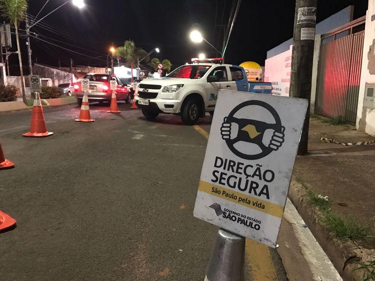 Operação prende motoristas alcoolizados em Botucatu -                 A operação Direção Segura do estado de São Paulo está realizando diversas ações em Botucatu na noite deste sábado, 17. Fazem parte da operação DETRAN, IML, Polícia Militar e Policia Civil.  O primeiro ponto do Direção Segur - http://acontecebotucatu.com.br/policia/operacao-prende-motoristas-alcoolizados-em-botucatu/