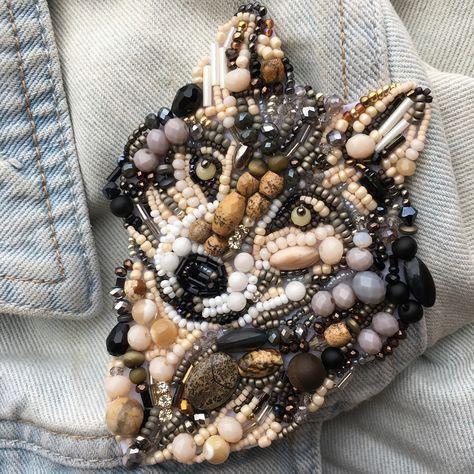Много необычных и красивых брошек из бисера. Осенью им самое время на шарфах и шапках.