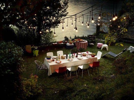 Buiten eten in sfeervolle tuin