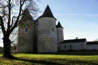 14- Commanderie Ensigné - Les Tard-Venus (compagnie du Moyen-Age, nom d'une association médiévale). -§ ENSIGNE: Le rez-de-chaussée, probablement la salle de réunion mentionnée dans l'inventaire de 1313, est une grande pièce nue ayant 14 m de long et 6 m de large. Les murs sont percés de 3 fenêtres romanes. La porte est également romane.