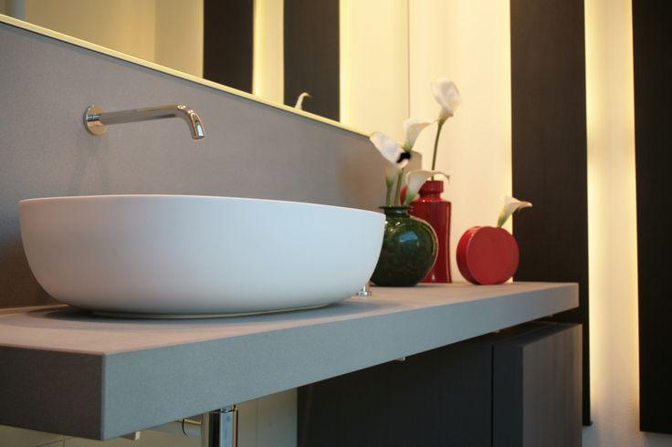 Mobili da bagno, lavabo da appoggio in cristalplant, rubinetteria acciaio, accessori da bagno. www.stanzedautore.it