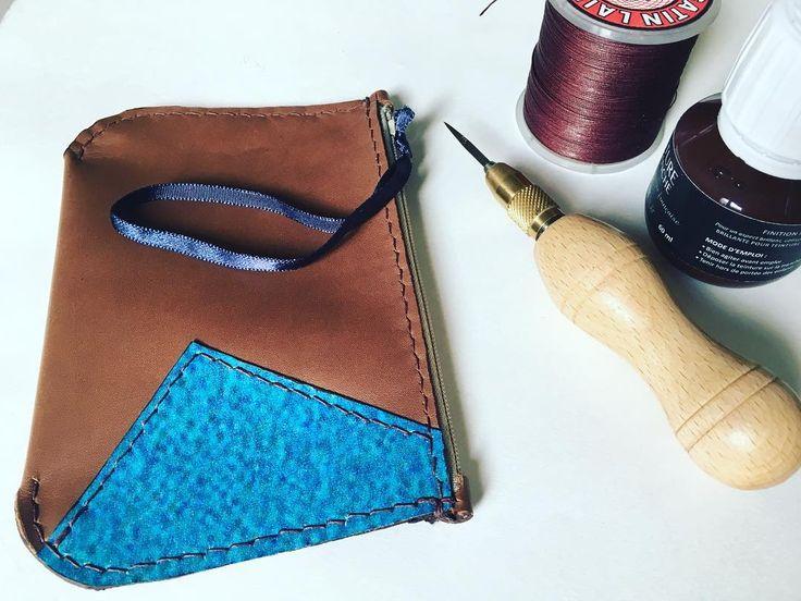 Petite pochette en cuir / bâche. Couture au point sellier