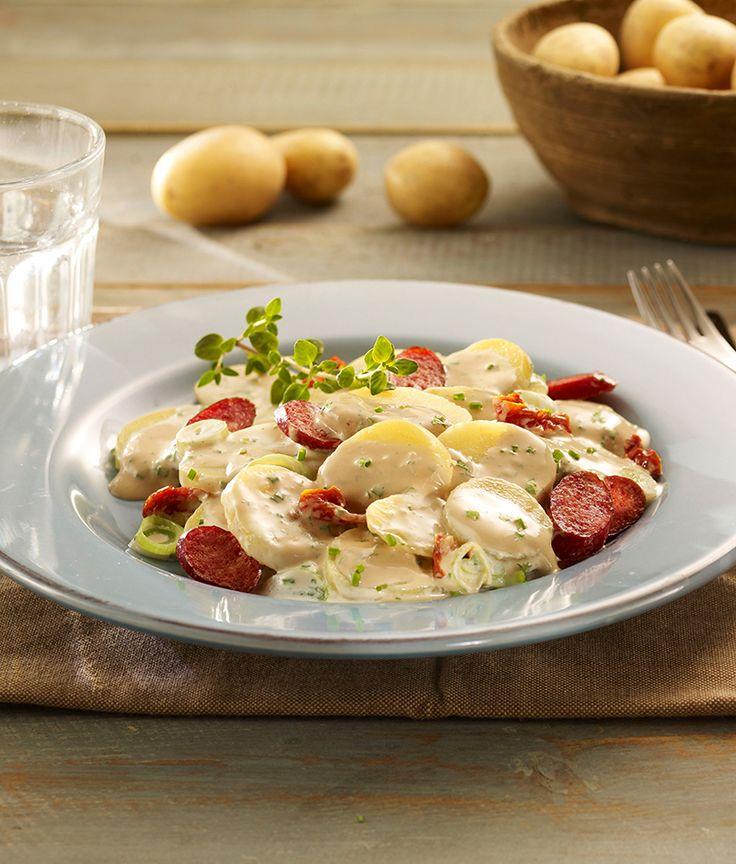 Mediterraner Kartoffelsalat mit kleinen Salami-Würstchen und getrockneten Tomaten