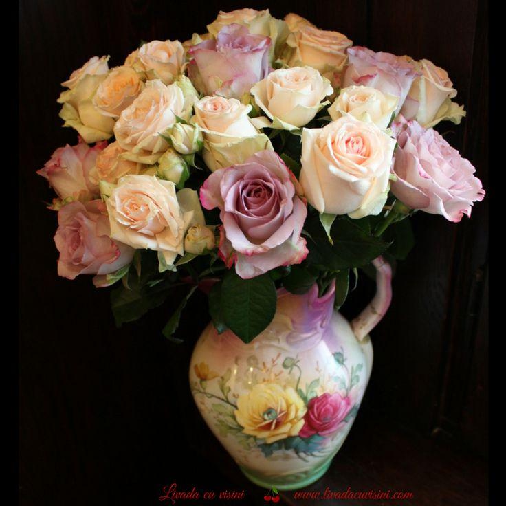 #aranjament #masa #floral #table #arrangement #wedding #event  #centerpiece #madewithjoy #livadacuvisini #floraldesidn #paulamoldovan #flowers #events #bucharest #flori #bucuresti #nunta #botez #evenimente #pink #vintage #shabbychic #romantic #roses #porcelain #vase