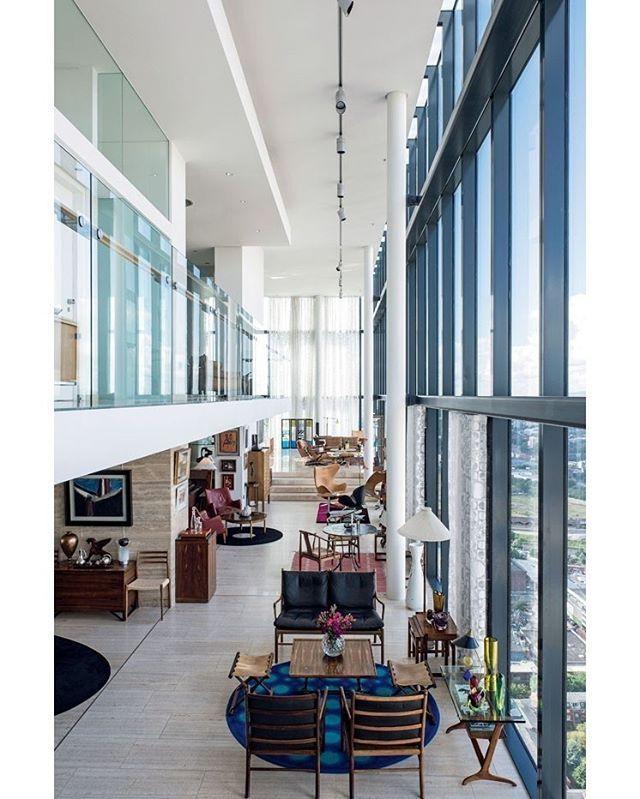 Uma propriedade de 1.200 m² com um jardim de oliveiras, carvalhos e limoeiros, no topo de um arranha-céu no coração de Manchester: esse é o lar do #arquiteto Ian Simpson. O proprietário desse sonho foi também quem projetou o #edifício, que se destaca no skyline da cidade graças a sua altura – é uma das torres mais altas da Europa. O andar de cima reúne os #dormitórios, uma #sala de estudos e um spa com solário. As #paredes envidraçadas oferecem uma vista espetacular da cidade, em 360 graus –…