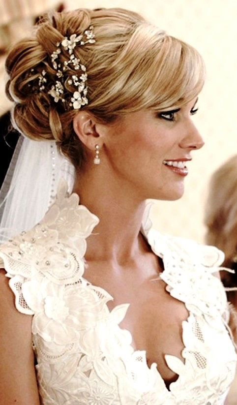 Bride's side part looped wedding updo hairstyle with headpiece