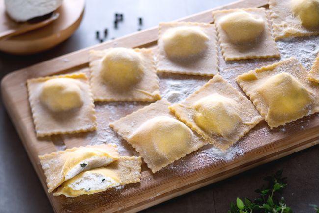 I ravioli di ricotta sono un primo piatto di pasta fresca all'uovo dal ripieno delicato, perfetto per la tavola delle feste e le cene tra amici!