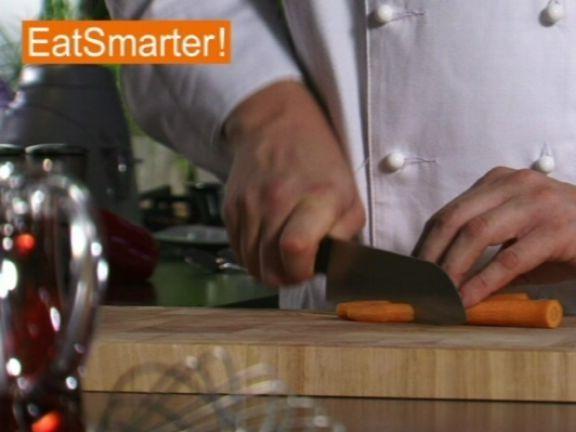 Möhren in schräge Stücke zu schneiden ist ganz einfach! EAT SMARTER zeigt es Ihnen im Video.