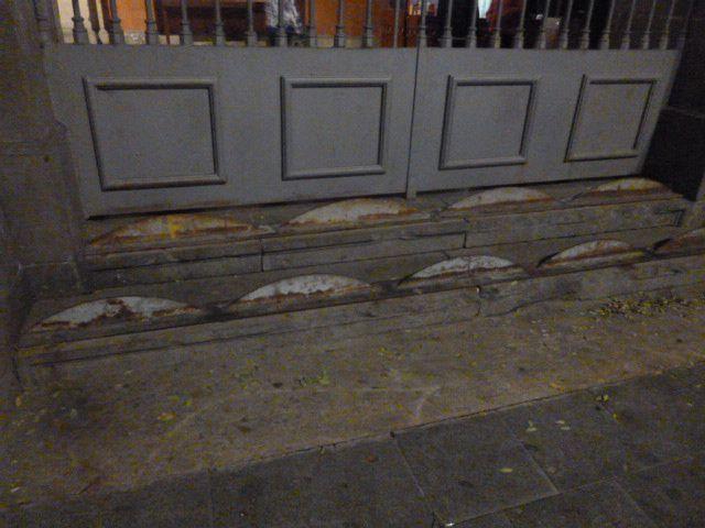 Añadido al acceso a los soportales de Sant Agustí Nou, en Barcelona.