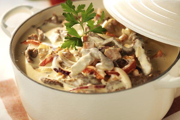 Gräddig köttgryta med milda smaker. Grytan får sin goda smak av timjan, schalottenlök, grädde, bacon, paprika, champinjoner och Oxfond med rödvin.