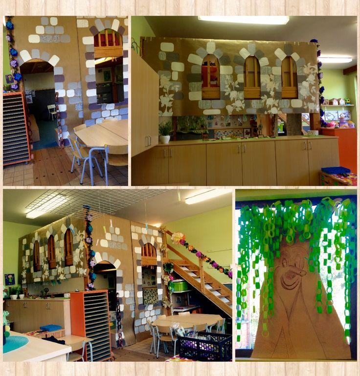 Een kasteel in de klas tijdens thema sprookjes vinden de kleuters geweldig - het kasteel is gemaakt van tetra karton en behangpapier uit oude behangboeken en de boom is gebaseerd op de sprookjesboom