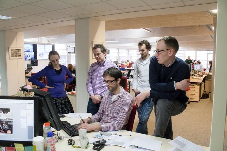 De redactie van het Reformatorisch Dagblad oefent donderdagmiddag in het maken van een krant op tabloid. Foto RD