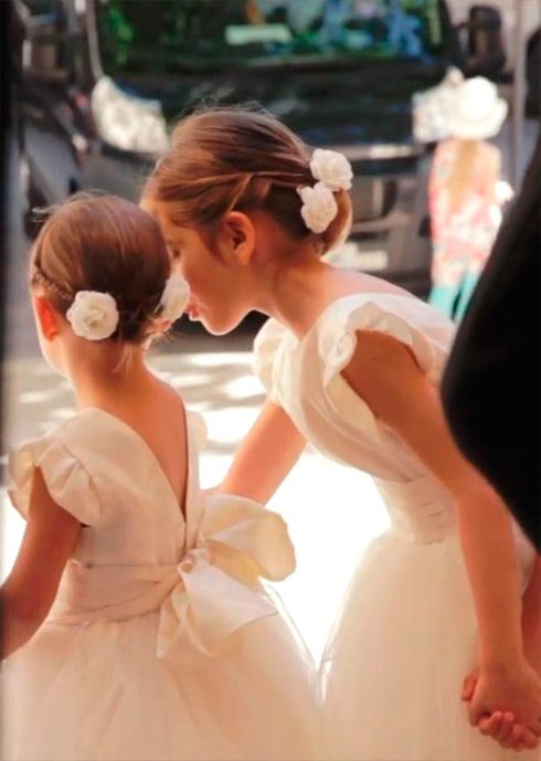 Peinados y vestidos damitas de honor en una boda - Dress and hairstyle for flower girls in a wedding - http://www.lostinvogue.com/inspiration/the-wedding-one-year-ago