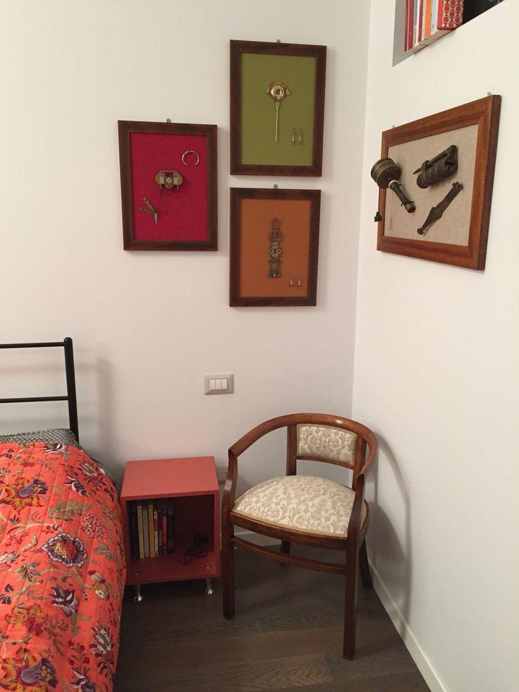 Comodino fai-da-te con modulo base ikea e quadri-pannelli porta oggetti (legno di pino rivestito in stoffa con cornice e chiodi/viti appendi oggetti)