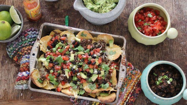 Meksikanskmatfest: Nachos i langpanne med guacamole og salsa