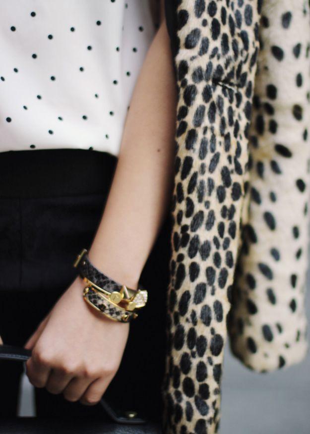 Leopardenfell-Mantel und gepunktete, weiße Bluse.