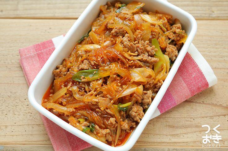 簡単に作れるよう、食材をまとめて炒め煮にしたチャプチェのレシピ。身近な調味料で作れます。肉と野菜の旨味が春雨にからんでおいしいです。しっかりめの甘辛い味付けでご飯がすすみますよ。冷蔵保存5日