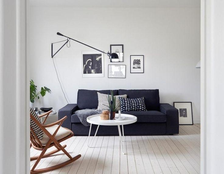 intérieur scandinave- salon blanc avec canapé anthracite, applique artiqulée et table ronde