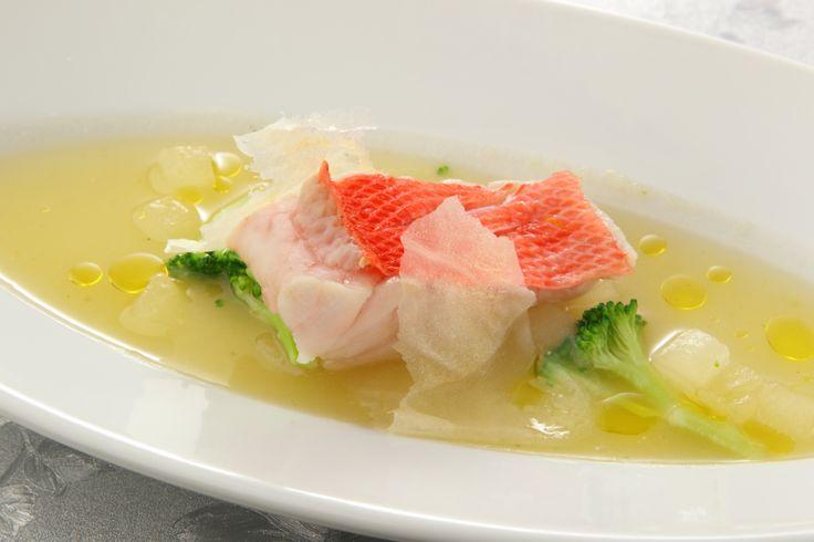 〈魚料理〉冬瓜のスープに浮かべた金目鯛