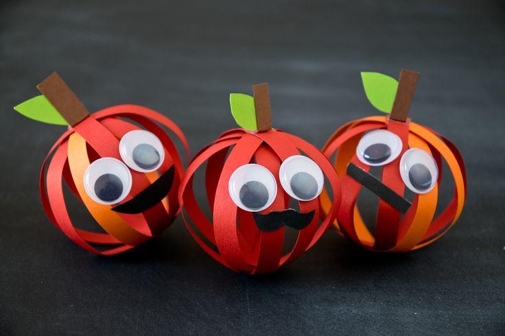 Ein paar Streifen Papier, Schere und Kleber und Ihre Kinder können einfach einen Apfel basteln. Wir zeigen Ihnen, wie Sie in wenigen Minuten das Deko-Obst herstellen.  © vision net ag