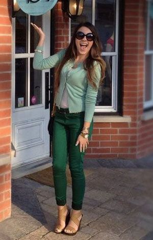 <3 green.Green Jeans, Mint Green, Decals Lockerz, Colors Jeans, Street Style, Dark Green Pants, Fashion Tips, Jeans Street, Gold Accessories