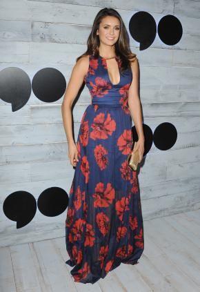 Look de Nina Dobrev : en robe décolletée bleue signée Lela Rose, imprimée de grosses fleurs rouges, accompagnée d'une petite pochette dorée et une manucure nude à Los Angeles !